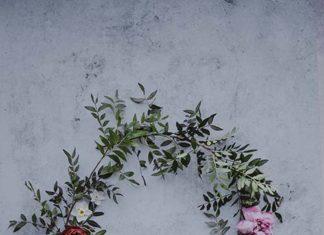 Wianek ze sztucznych czy żywych kwiatów – jaki wybrać?